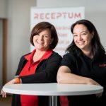 Receptumin kehityspäällikkö Sanna Pietiäinen ja koulutuksen kehittäjä Miia Träff odottavat innolla, minkälaisia kehitysehdotuksia Farmasian Päivien osallistujien kommentteja testissä olevaan MAXXin reseptinkäsittelyyn.