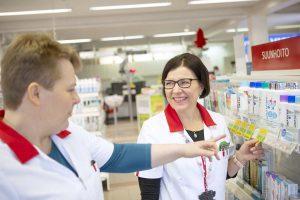 Apteekkari Minna Villo ja farmaseutti Tiina Leppänen ovat tyytyväisiä, koska MAXX Hoitotiedon käyttöönotto on antanut lisää aikaa asiakaspalveluun.